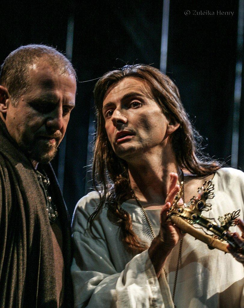 Nigel Lindsey as Bolingbroke and David Tennant as RichardII