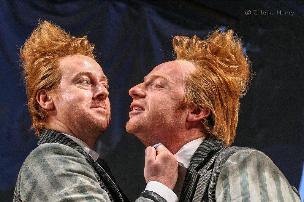 Forbes Masson as Dromio of Ephesus and Jonathan Slinger as Dromio of Syracuse