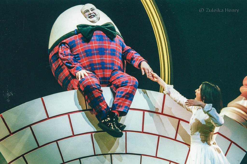 Katherine-Heath-as-Alice-and-Martyn-Ellis-as-Humpty-Dumpty